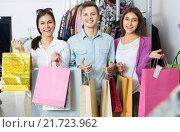 Купить «Guy and two girls holding bags», фото № 21723962, снято 21 июня 2018 г. (c) Яков Филимонов / Фотобанк Лори