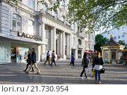 Berlin, Germany, passers am Kurfuerstendamm Uhlandstrasse corner (2015 год). Редакционное фото, агентство Caro Photoagency / Фотобанк Лори