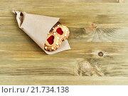 Купить «Сдобное песочное печенье с красным желе в форме сердца в бумажном пакете на столе», фото № 21734138, снято 19 октября 2018 г. (c) Зезелина Марина / Фотобанк Лори