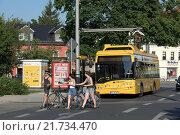 Купить «Dresden, Germany, a electric bus is loaded at a stop», фото № 21734470, снято 2 июля 2015 г. (c) Caro Photoagency / Фотобанк Лори