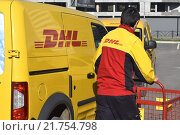 """Купить «Международная почтовая служба """"DHL""""», фото № 21754798, снято 6 июня 2014 г. (c) Сергеев Валерий / Фотобанк Лори"""