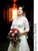 Купить «Невеста с букетом в коридоре отеля», фото № 21754970, снято 30 августа 2015 г. (c) Евгений Майнагашев / Фотобанк Лори