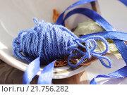 Синие нитки с ленточками и листьями. Стоковое фото, фотограф Аня Шумкова / Фотобанк Лори