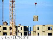 Купить «Строительный кран поднимает бетонную плиту», фото № 21760518, снято 14 ноября 2019 г. (c) Зезелина Марина / Фотобанк Лори
