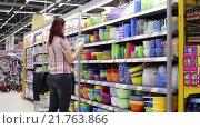 Купить «Женщина выбирает посуду», видеоролик № 21763866, снято 14 декабря 2015 г. (c) Валентин Беспалов / Фотобанк Лори