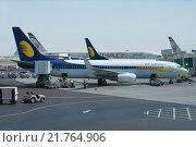 Купить «Самолет Boeing 737NG (VT-JBK) компании Jet Airway готовится к полету в аэропорту Абу-Даби», фото № 21764906, снято 27 марта 2015 г. (c) Виктор Карасев / Фотобанк Лори