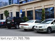 Купить «Автомобили на парковке для инвалидов у бизнес-центра», эксклюзивное фото № 21765786, снято 10 марта 2014 г. (c) Анна Мартынова / Фотобанк Лори