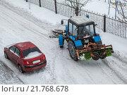 Трактор расчищает дорогу от снега, объезжая машину. Стоковое фото, фотограф Дмитрий Рухмалев / Фотобанк Лори