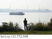 Hamburg man looks at Aussenalster with ferryboat (2005 год). Редакционное фото, агентство Caro Photoagency / Фотобанк Лори