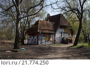 Berlin, Germany, dilapidated house at the Paul and Paula Shore (2012 год). Редакционное фото, агентство Caro Photoagency / Фотобанк Лори