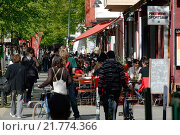Berlin, Germany, the lively Simon-Dach-Strasse (2009 год). Редакционное фото, агентство Caro Photoagency / Фотобанк Лори