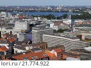 Hamburg, Germany, with the view over Hamburg Aussenalster (2011 год). Редакционное фото, агентство Caro Photoagency / Фотобанк Лори