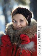 Купить «Зимний портрет девушки», фото № 21808138, снято 19 июля 2019 г. (c) Евгений Талашов / Фотобанк Лори