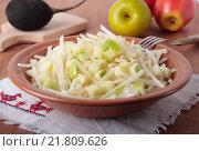 Купить «Салат из черной редьки, яблок и меда», фото № 21809626, снято 24 января 2016 г. (c) Наталья Евстигнеева / Фотобанк Лори