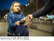 Robber trying to steal bag at night. Стоковое фото, фотограф Яков Филимонов / Фотобанк Лори