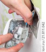 Купить «Подсоединение проводов домашней электросети к новому выключателю света для внутренней проводки, крупный план», фото № 21811042, снято 9 января 2016 г. (c) Владимир Григорьев / Фотобанк Лори