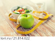 close up of green apple and measuring tape. Стоковое фото, фотограф Syda Productions / Фотобанк Лори