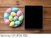 Купить «close up of easter eggs and blank tablet pc», фото № 21814182, снято 27 января 2016 г. (c) Syda Productions / Фотобанк Лори
