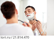 Купить «man shaving beard with razor blade at bathroom», фото № 21814470, снято 15 января 2016 г. (c) Syda Productions / Фотобанк Лори