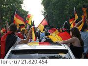 Berlin, football fans celebrate on the Kurfuerstendamm (2006 год). Редакционное фото, агентство Caro Photoagency / Фотобанк Лори