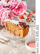 Купить «Carrot vegan cake with coconut icing and dried wild rose petals (rosa rugosa)», фото № 21835262, снято 22 января 2020 г. (c) BE&W Photo / Фотобанк Лори