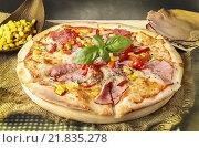 Купить «Pizza with ham, corn and pepper. Party dish», фото № 21835278, снято 19 октября 2018 г. (c) BE&W Photo / Фотобанк Лори