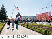Купить «Город Тула, День победы, Толпы людей гуляют возле центральной площади», эксклюзивное фото № 21838070, снято 9 мая 2015 г. (c) Игорь Низов / Фотобанк Лори
