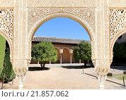 Арки в исламском стиле (Moorish) и Альгамбра, Гранада, Испания (2014 год). Стоковое фото, фотограф Владимир Журавлев / Фотобанк Лори