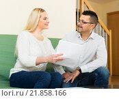 Family filling questionnaire for employee, фото № 21858166, снято 24 марта 2017 г. (c) Яков Филимонов / Фотобанк Лори