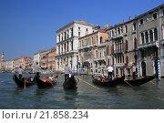 Гондольеры на Гранд-канале в Венеции (2012 год). Редакционное фото, фотограф Эльвира Рубан / Фотобанк Лори