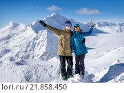 Купить «Счастливая молодая пара сноубордистов на фоне высоких гор на зимнем курорте», фото № 21858450, снято 9 января 2015 г. (c) Максим Блинков / Фотобанк Лори