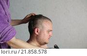 Купить «Женщина сбривает волосы мужчине», видеоролик № 21858578, снято 14 декабря 2015 г. (c) Валентин Беспалов / Фотобанк Лори