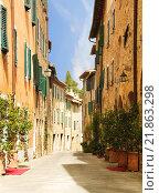 Купить «Street in the town of San Quirico d'orcia, Tuscany, Italy», фото № 21863298, снято 3 августа 2015 г. (c) Наталья Волкова / Фотобанк Лори