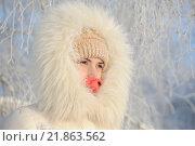 Девушка в белой куртке с меховым воротником. Стоковое фото, фотограф Станислав Симонов / Фотобанк Лори