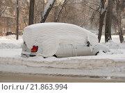 Автомобиль, заваленный снегом на парковке. Стоковое фото, фотограф Антон Ильяшенко / Фотобанк Лори