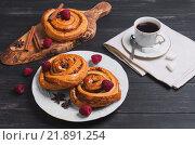 Заварные булочки с ягодами и чашка кофе. Стоковое фото, фотограф Sergey Fatin / Фотобанк Лори