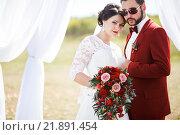 Портрет невесты и жениха жених в арке с белой тканью. Стоковое фото, фотограф Евгений Майнагашев / Фотобанк Лори