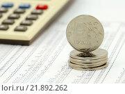 Калькулятор и монеты на листе с цифрами. Бизнес-натюрморт. Стоковое фото, фотограф Юрий Морозов / Фотобанк Лори