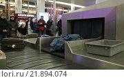 Купить «Москва, аэропорт Шереметьево, выдача багажа пассажирам», видеоролик № 21894074, снято 22 февраля 2016 г. (c) Игорь Долгов / Фотобанк Лори