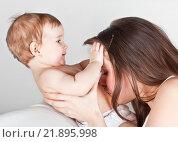 Купить «Малыш играет с мамой», фото № 21895998, снято 7 марта 2013 г. (c) Элина Гаревская / Фотобанк Лори