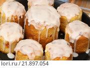 Купить «Пасхальные куличи, покрытые белой глазурью», эксклюзивное фото № 21897054, снято 11 апреля 2015 г. (c) Dmitry29 / Фотобанк Лори