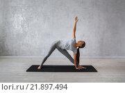 Купить «Девушка, практикующая йогу», фото № 21897494, снято 9 февраля 2016 г. (c) Евгений Глазунов / Фотобанк Лори