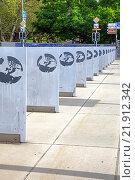 Купить «Герб Орпганизации Объединенных Наций на плитах площади Наций», фото № 21912342, снято 6 мая 2014 г. (c) Parmenov Pavel / Фотобанк Лори