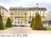 Купить «Известный престижный отель в центральной части города», фото № 21912358, снято 6 мая 2014 г. (c) Parmenov Pavel / Фотобанк Лори