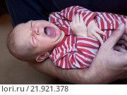 Новорожденный младенец зевает у отца на руках. Стоковое фото, фотограф Наталья Чумакова / Фотобанк Лори
