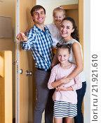 Купить «Family and keys new apartment», фото № 21921610, снято 27 мая 2019 г. (c) Яков Филимонов / Фотобанк Лори