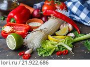Ингредиенты для приготовления рисовой вегетарианской лапши с овощами. Стоковое фото, фотограф Виктория Панченко / Фотобанк Лори