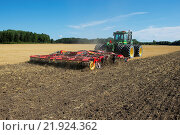 Купить «John Deere 9400 pulling Vaderstad TopDown 700 cultivator, cultivating stubble field, Sweden, August», фото № 21924362, снято 19 августа 2018 г. (c) age Fotostock / Фотобанк Лори