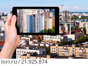 Купить «photographs picture of city on tablet pc», фото № 21925874, снято 16 июля 2019 г. (c) easy Fotostock / Фотобанк Лори