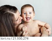 Купить «Счастливый малыш играет с мамой», фото № 21930274, снято 7 марта 2013 г. (c) Элина Гаревская / Фотобанк Лори